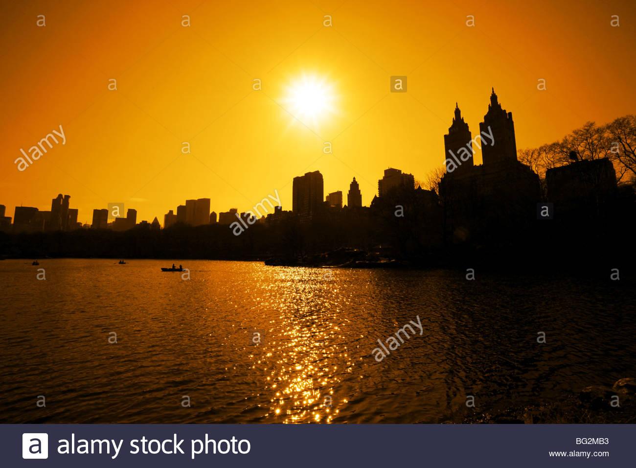 Sonnenuntergang über dem See im Central park Stockbild
