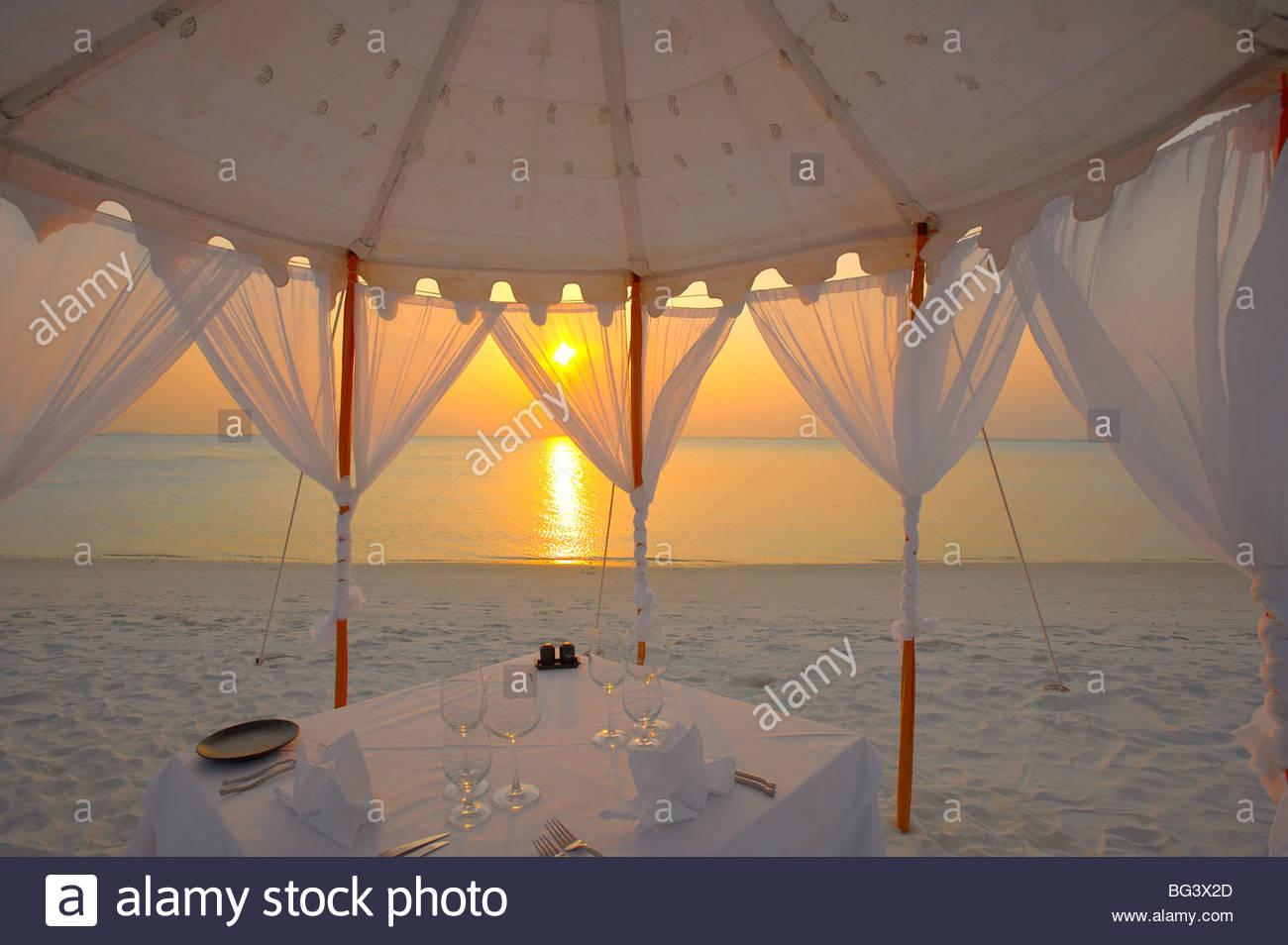 Abendessen am Strand, Malediven, Indischer Ozean, Asien Stockfoto