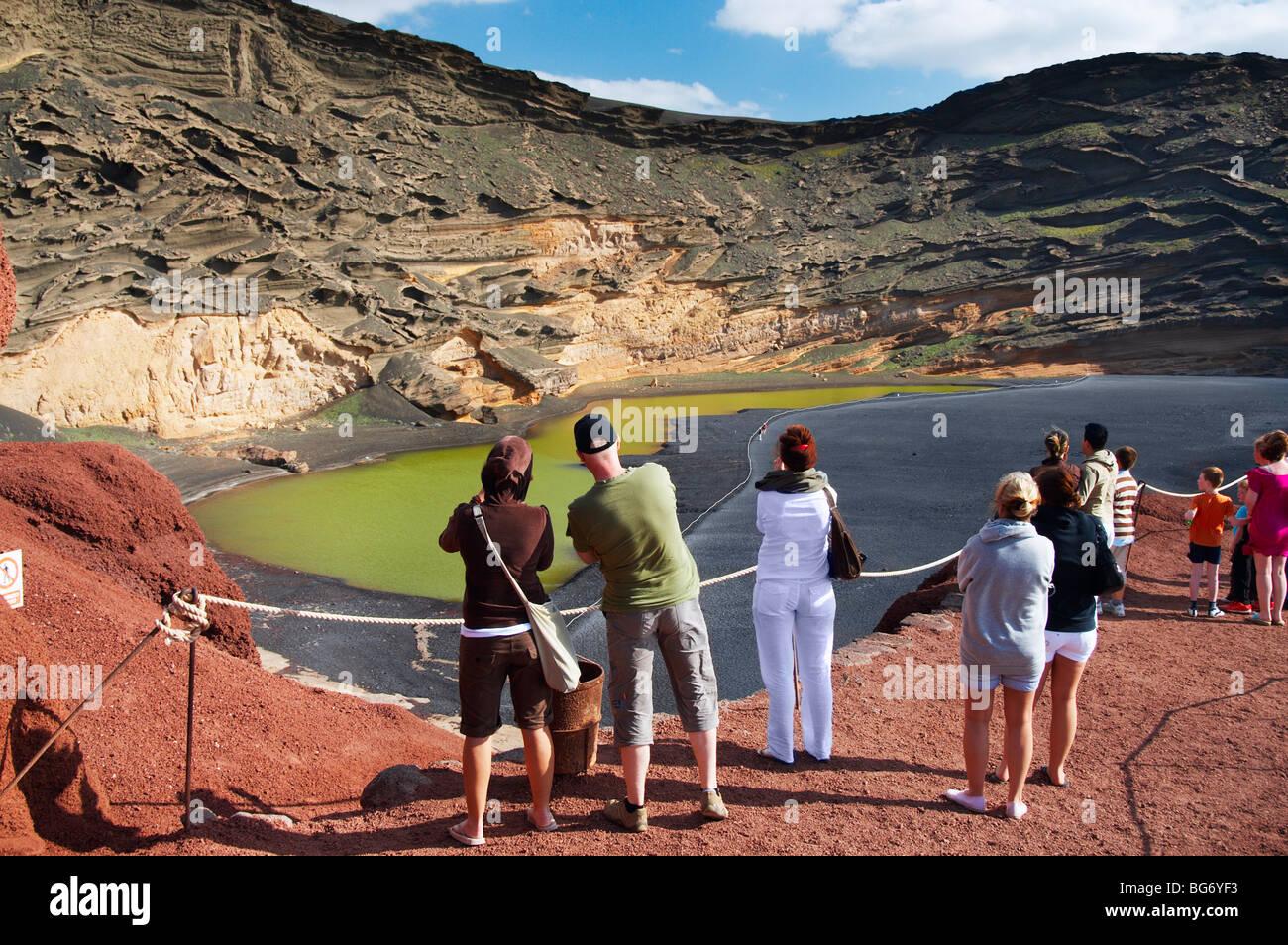 Touristen am Aussichtspunkt am Lago de Los Clicos (grüne Lagune) in der Nähe von El Golfo auf Lanzarote Stockbild