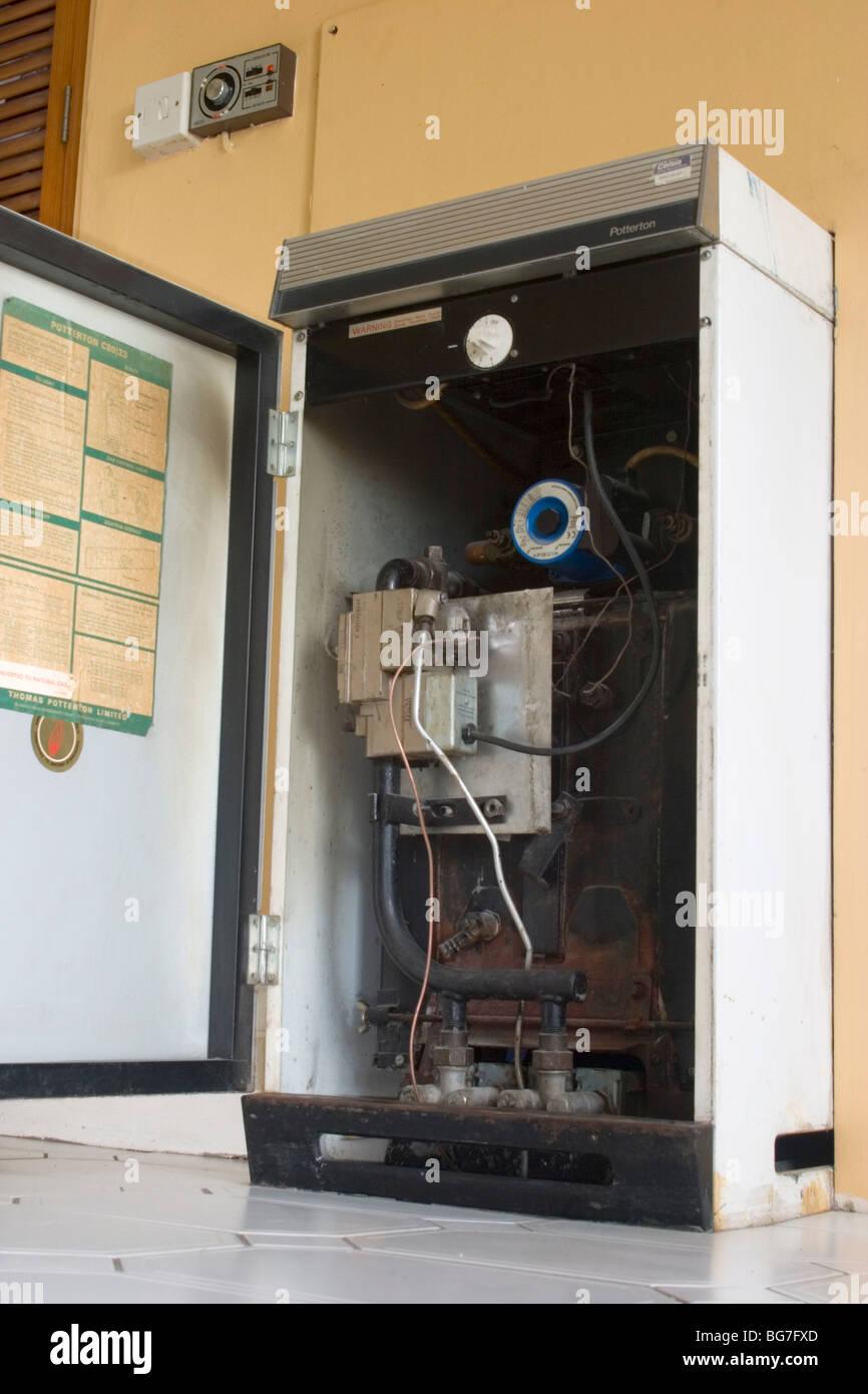 Alte, ineffiziente, inländischen Gas-Heizkessel, London UK Stockbild
