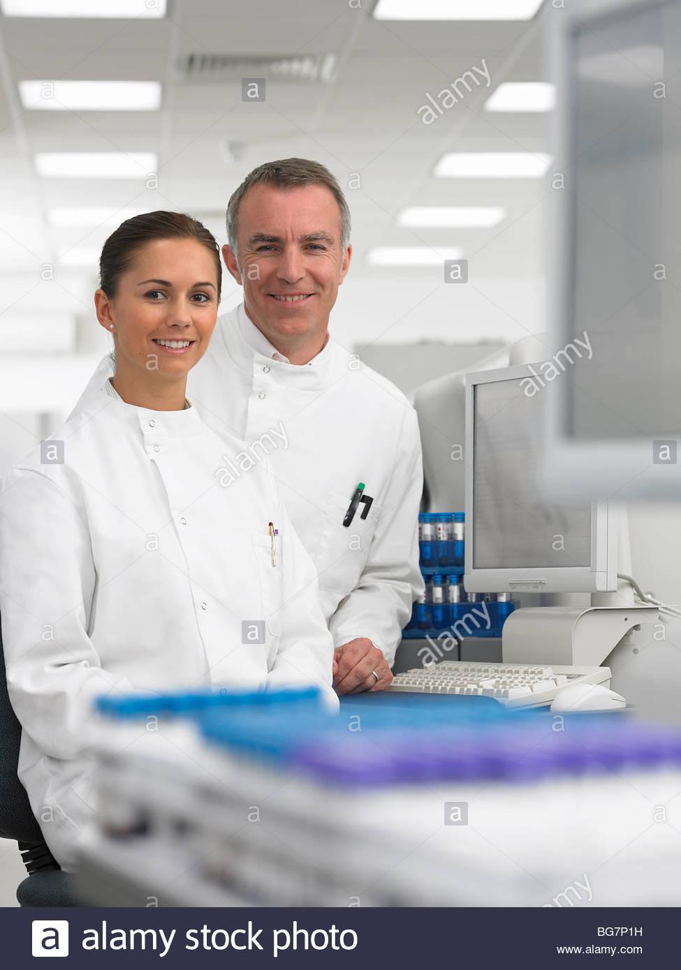 Lächelnde Wissenschaftler im Labor Stockbild