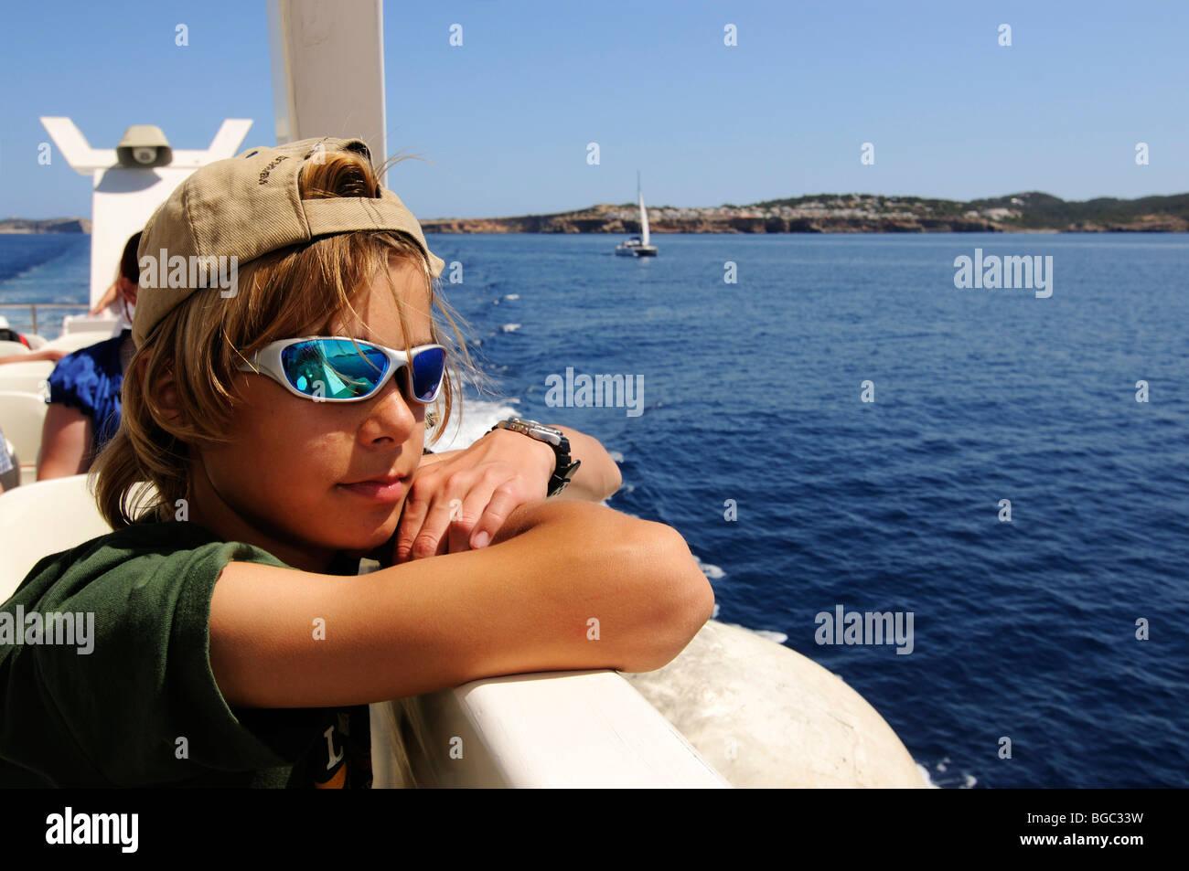 Junge auf einem Ausflugsboot, Ibiza, Kiefer-Inseln, Balearen, Spanien, Europa Stockbild