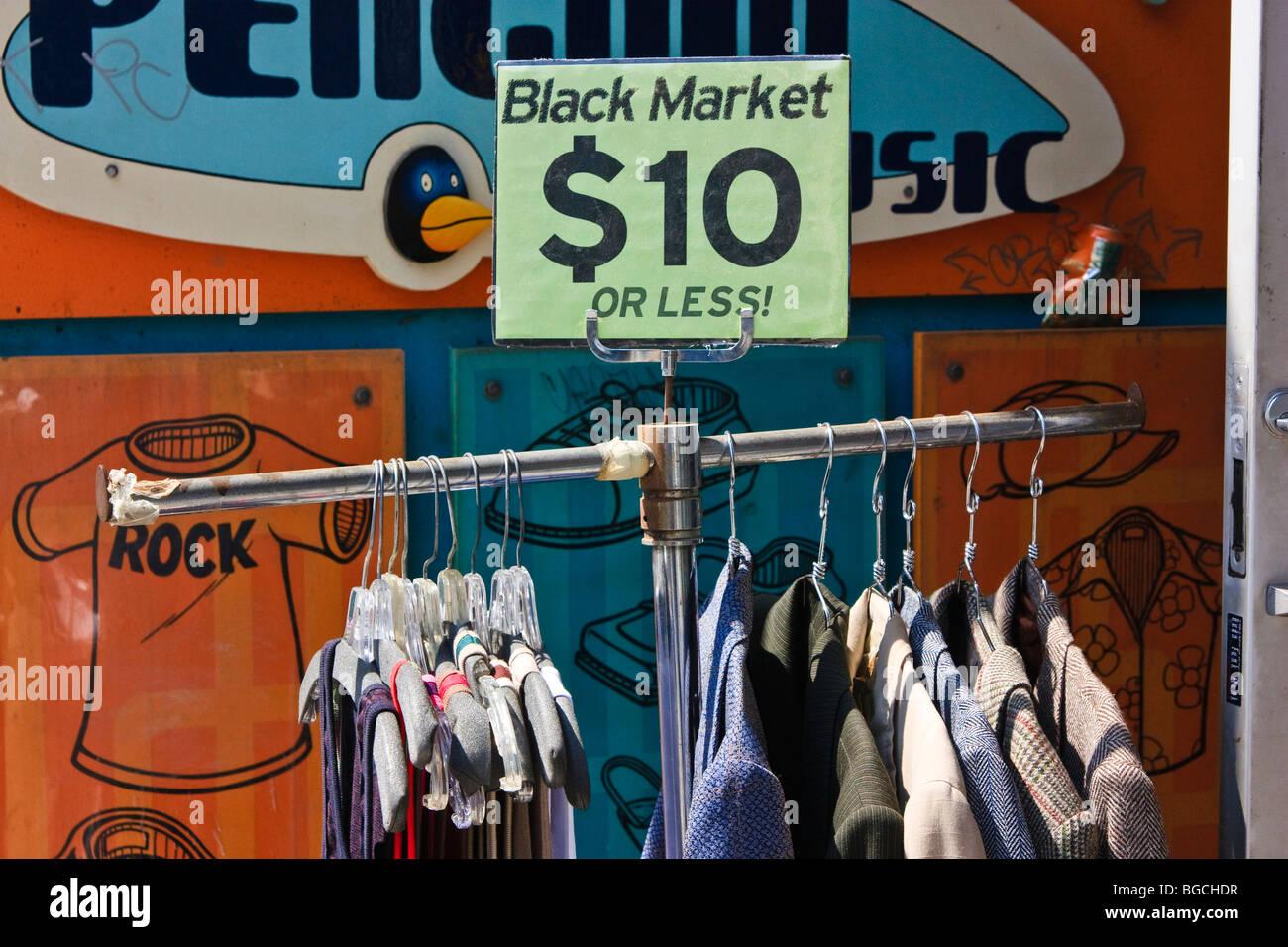 """Kleidung auf einem Gestell mit $10 oder weniger Preisschild. """"Schwarzmarkt"""" Shop in Toronto, Kanada. Stockbild"""