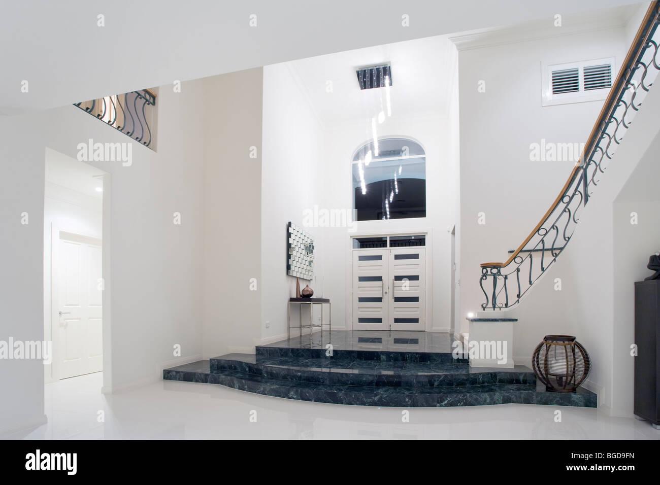 Moderne Luxus Villa Eingang mit Marmortreppe Stockbild