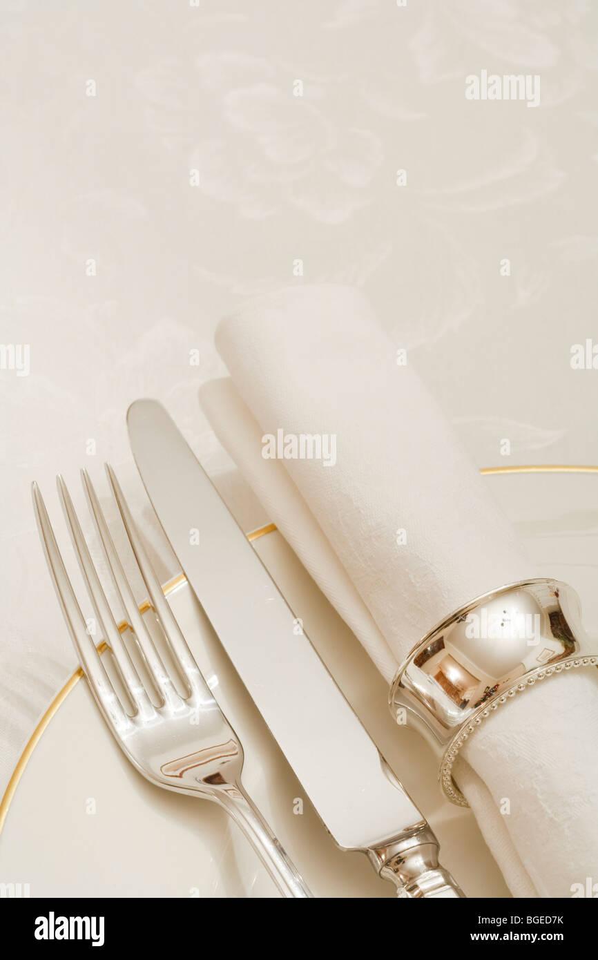 Gedeck mit Besteck, Teller und Serviette mit Exemplar Stockbild