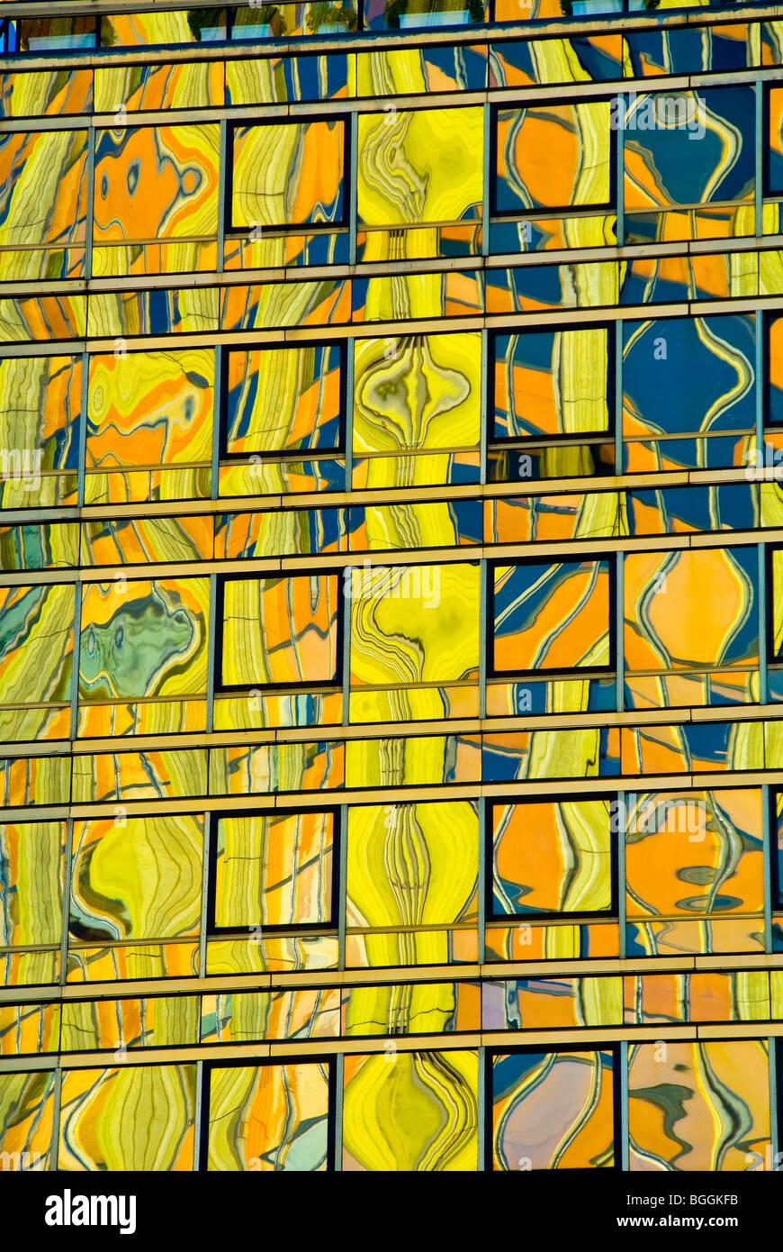 Farbige Reflexe in der Glasoberfläche eines Hochhauses in Buenos Aires, Argentinien Stockbild