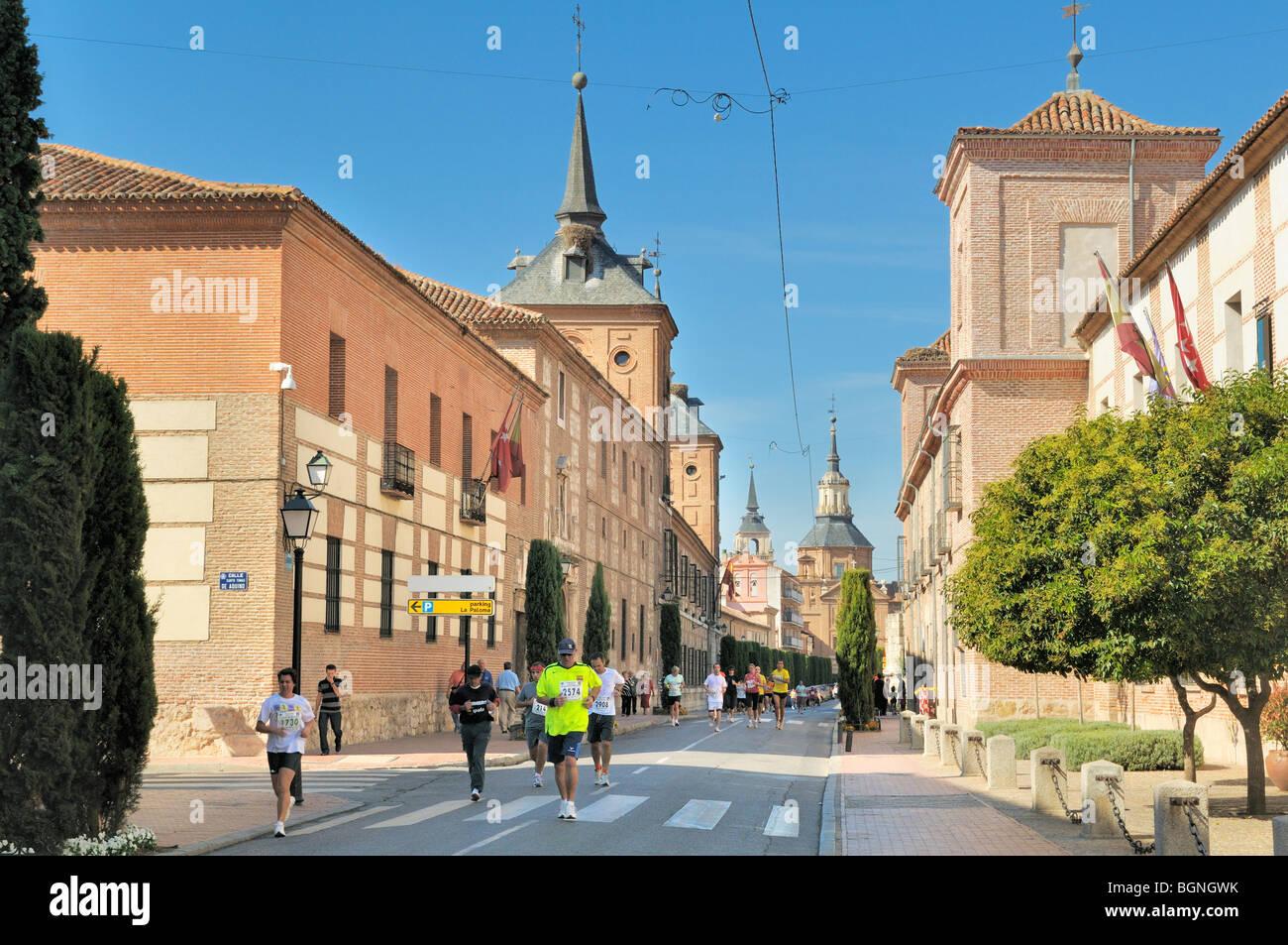 Läufer, die im Wettbewerb mit der Alcala 10k Marathon, Alcalá De Henares, Madrid Provinz, Spanien Stockbild