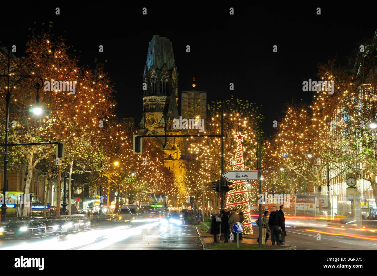 weihnachtsbeleuchtung verkehr auf dem boulevard kurf rstendamm in der nacht berlin stockfoto. Black Bedroom Furniture Sets. Home Design Ideas