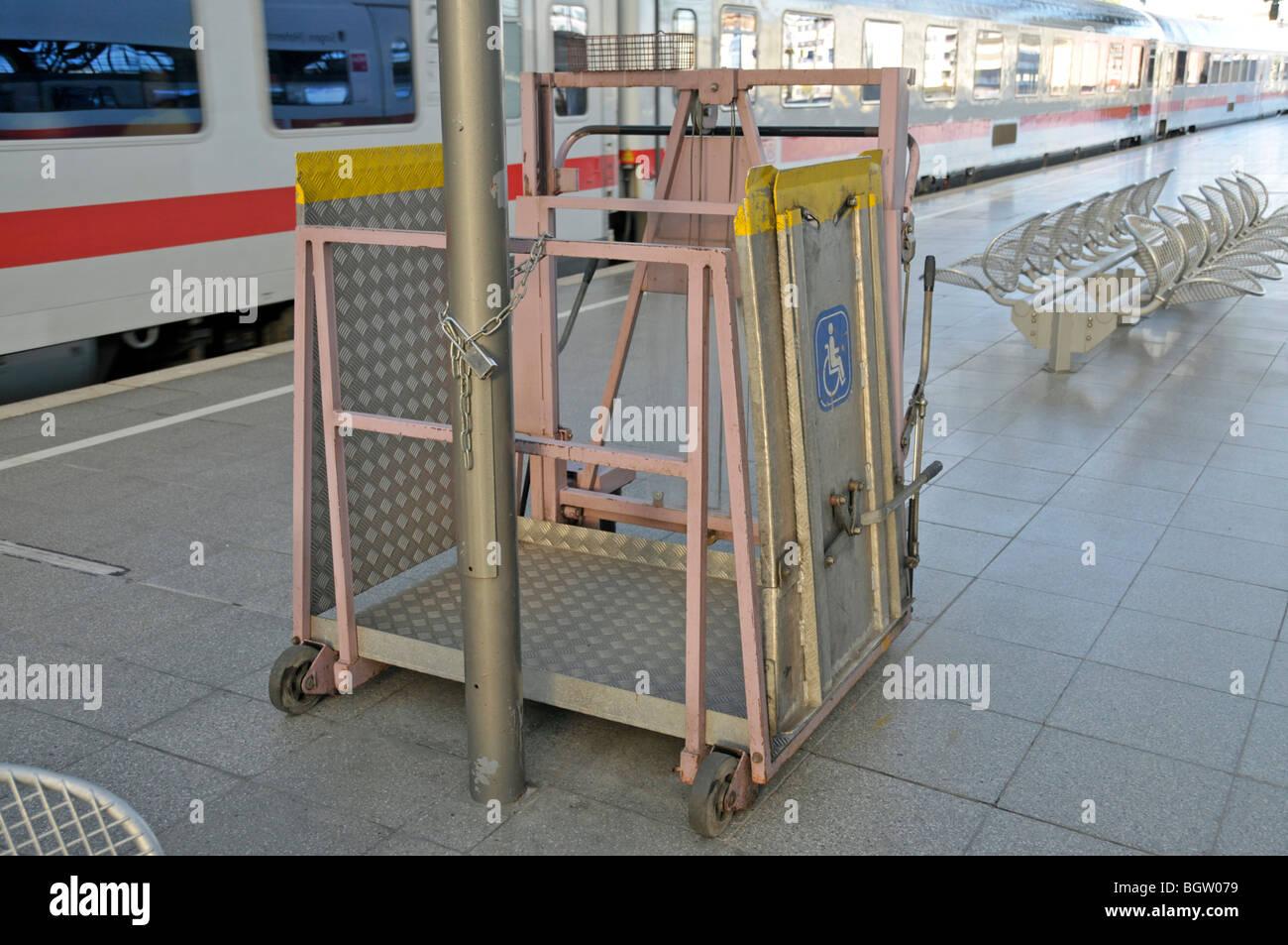 Wheelchair platform stockfotos wheelchair platform - Rampe bauen fur rollstuhl ...