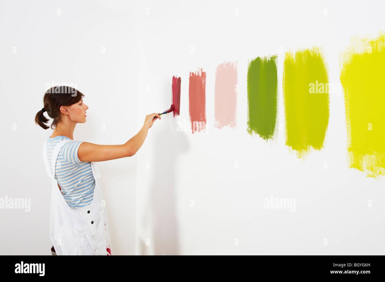Frau Malerei Farbfelder auf Wand Stockbild