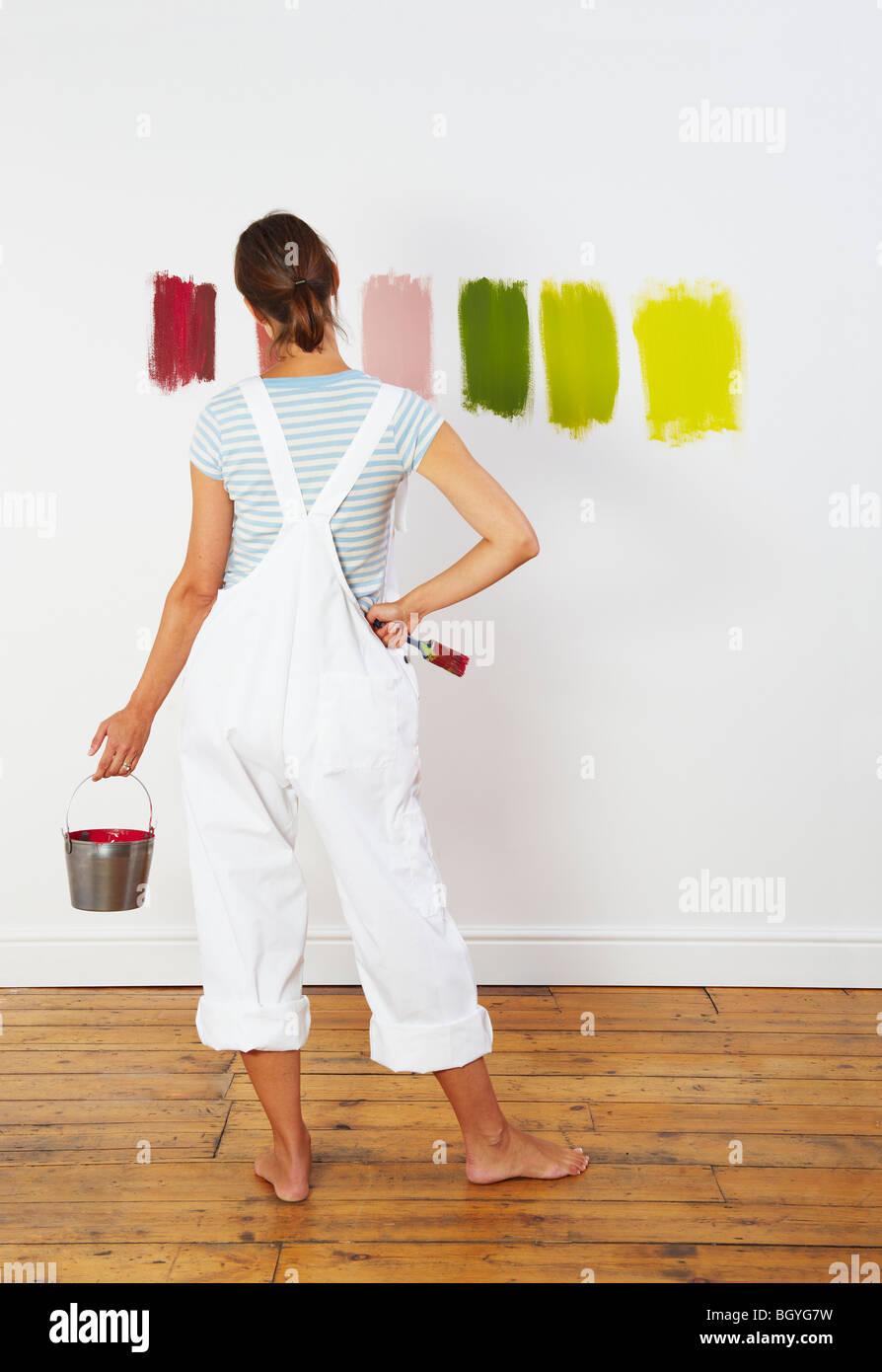 Frau betrachten Farbfelder auf Wand Stockbild