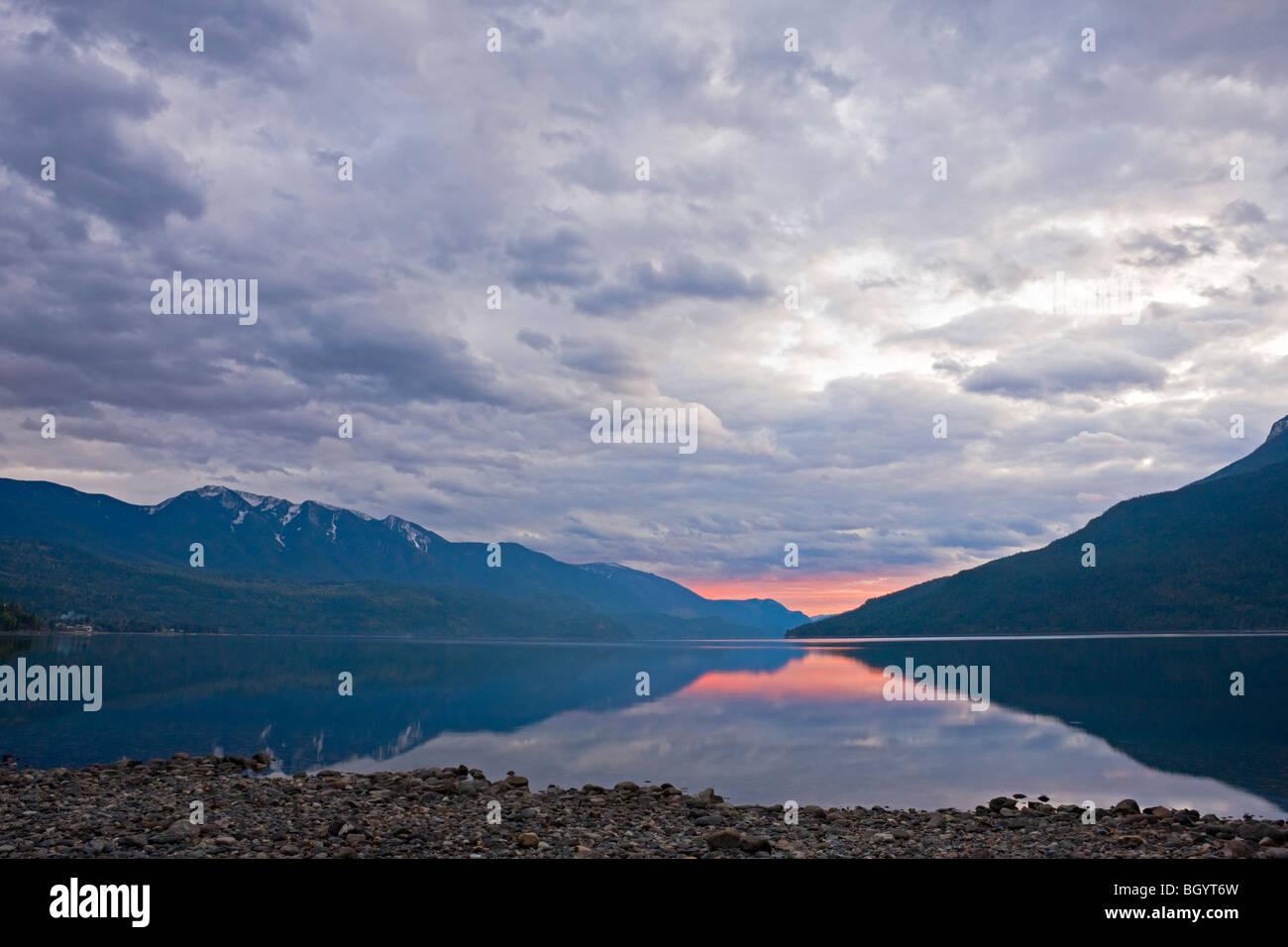 Slocan See bei Sonnenuntergang von der Stadt von New Denver, Slocan Valley Central Kootenay, British Columbia, Kanada. Stockbild