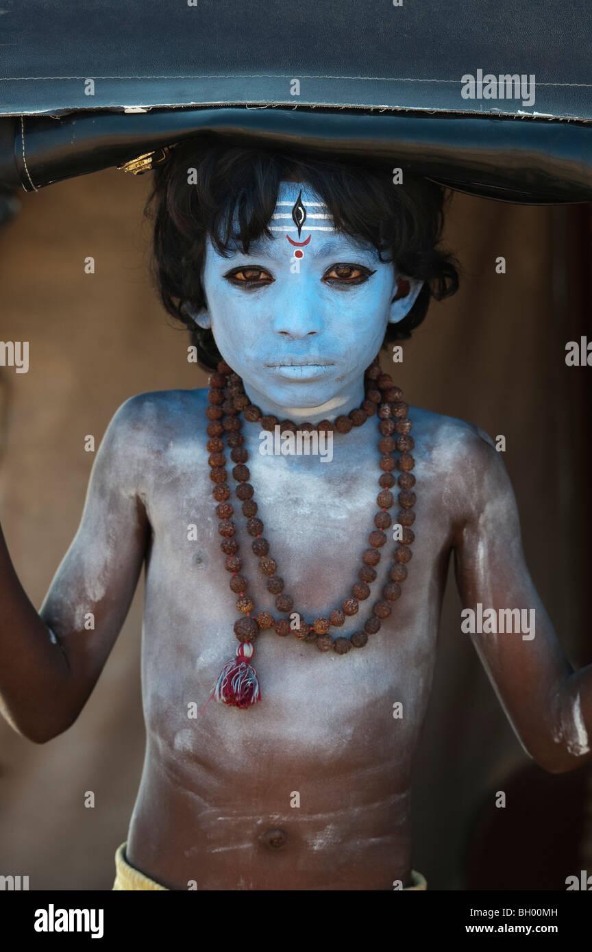 Indischer Junge, Gesicht gemalt als Hindu Gott Shiva in einer Rikscha. Andhra Pradesh, Indien Stockbild