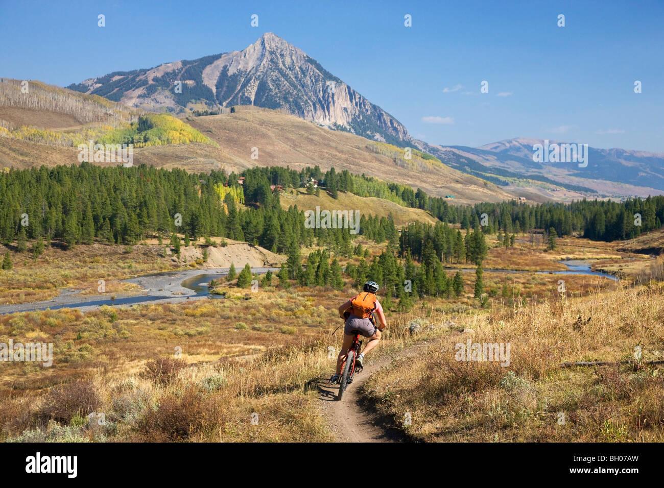 Mountainbiken auf die obere und die untere Schleife, Crested Butte, Colorado. (Modell freigegeben) Stockbild