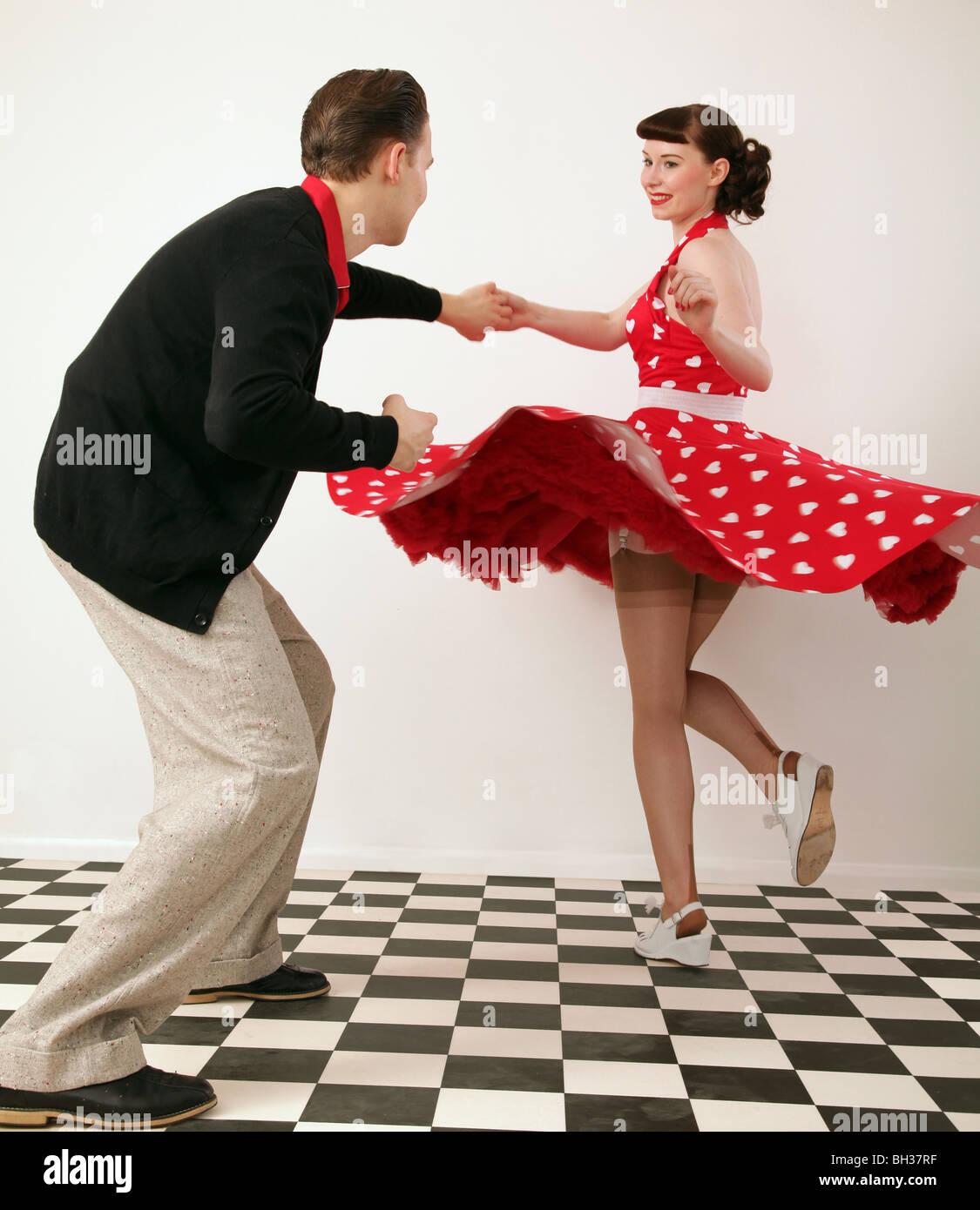 Jungen und Mädchen in 50er Jahre Kleidung Tanz Stockbild