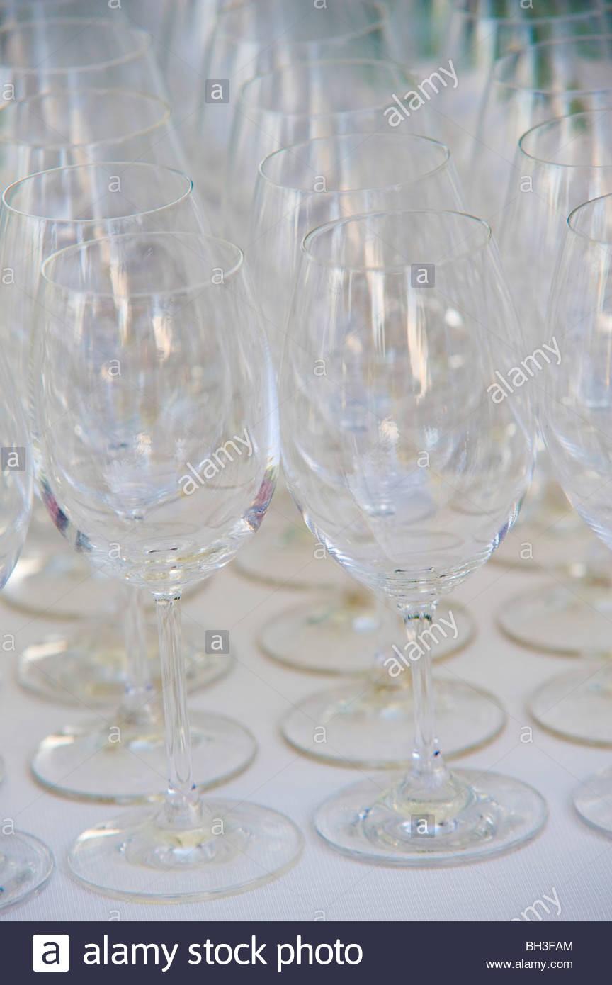 Weingläser in Reihen aufgestellt Stockbild