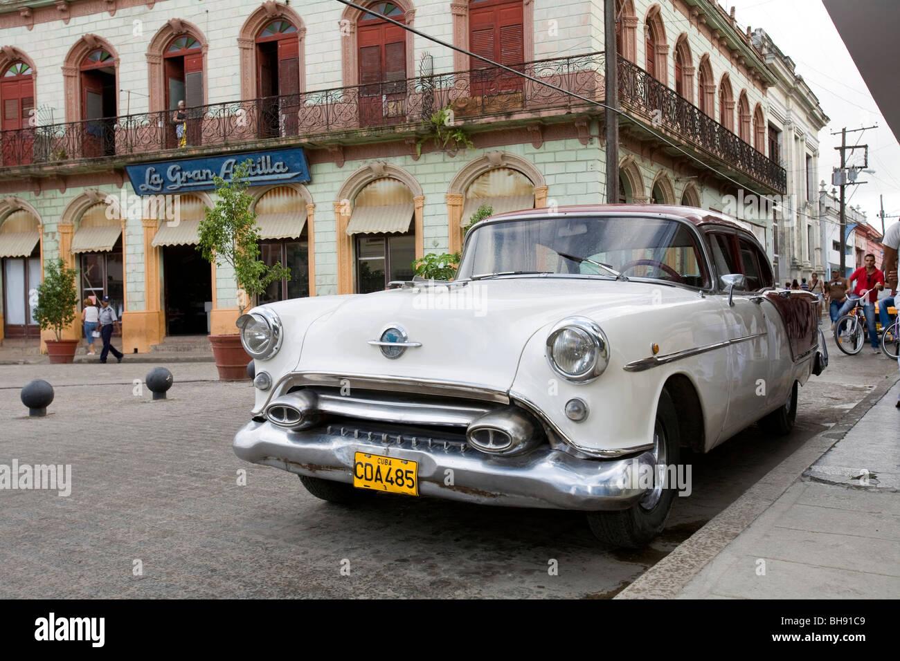 Straßenszene mit alten Limousine, Camagueey, Karibisches Meer, Kuba Stockbild