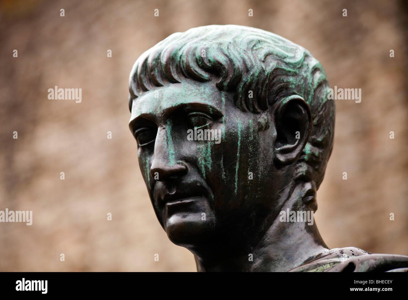 Detail einer Statue des Kaisers Trajan auf dem römischen London Wall, London, England sein Stockbild
