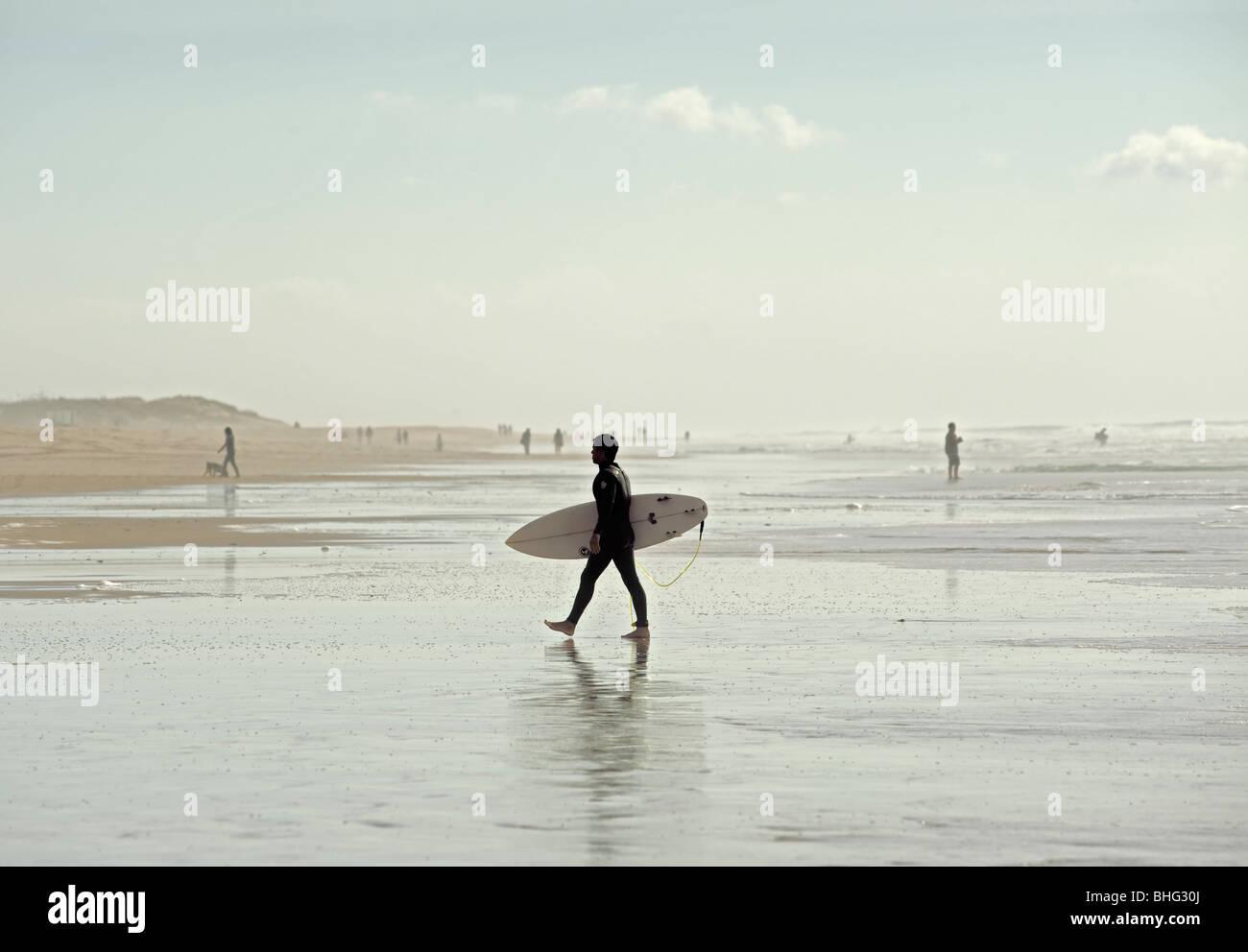 Surfer in el palmar Strand, Cádiz, Andalusien, Spanien Stockbild