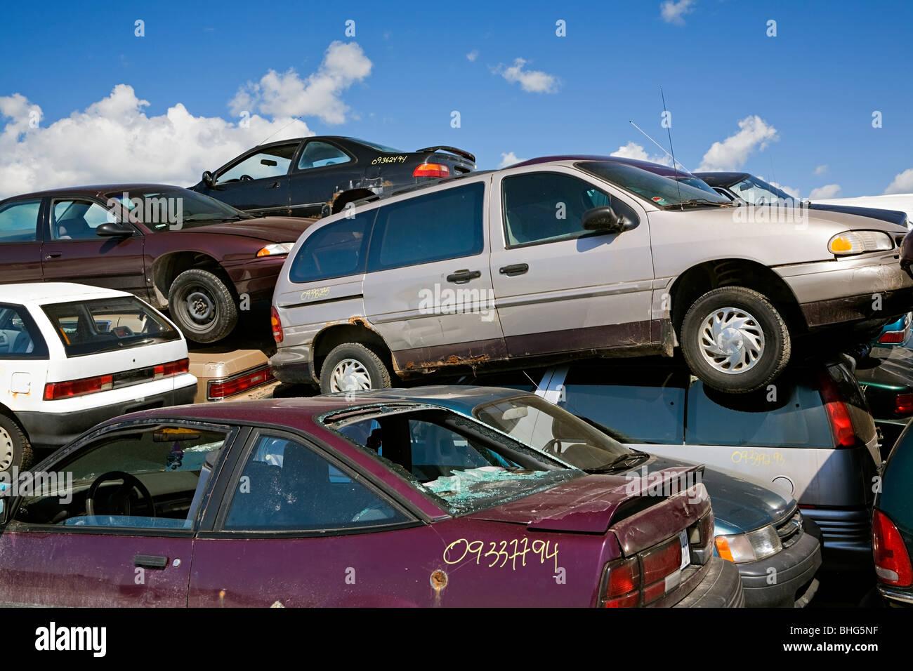 Autos auf Schrottplatz Stockbild