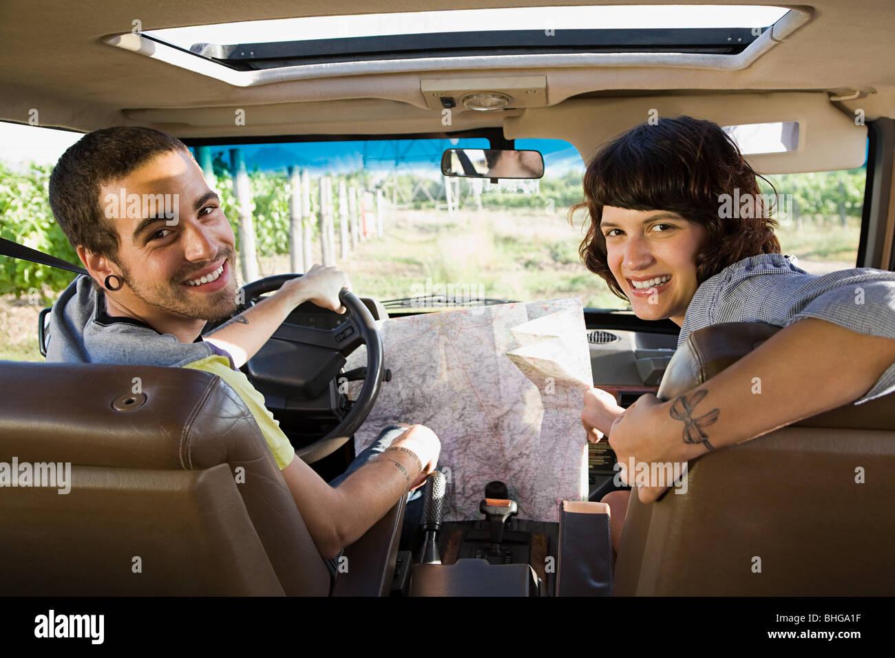Paar im Fahrzeug mit Karte Stockbild