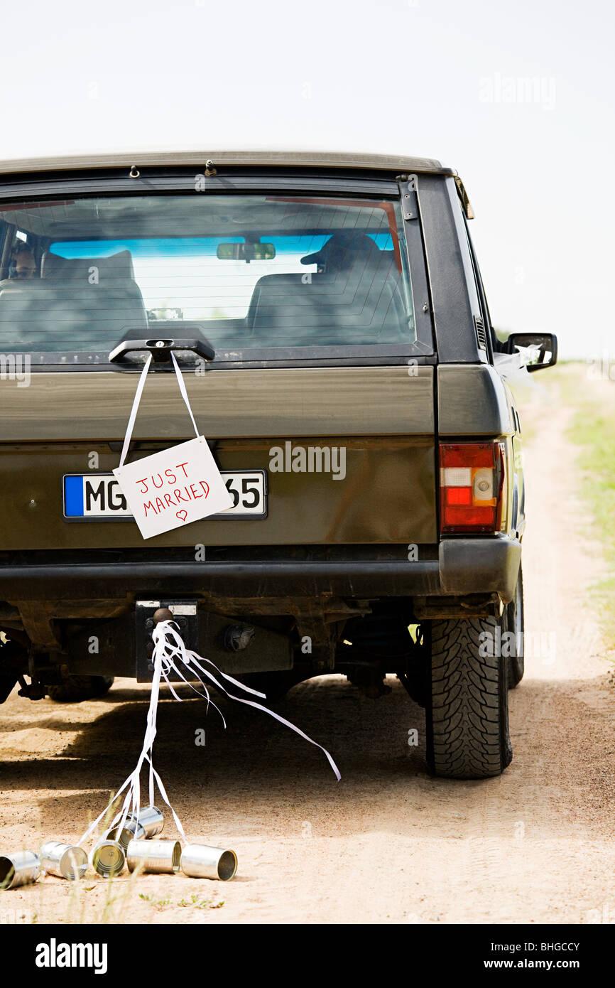 Frisch verheiratete Schild am Fahrzeug Stockbild
