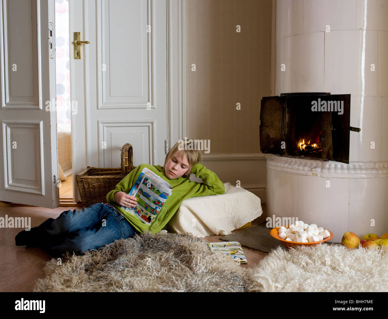 teen boy reading magazine stockfotos teen boy reading magazine bilder alamy. Black Bedroom Furniture Sets. Home Design Ideas