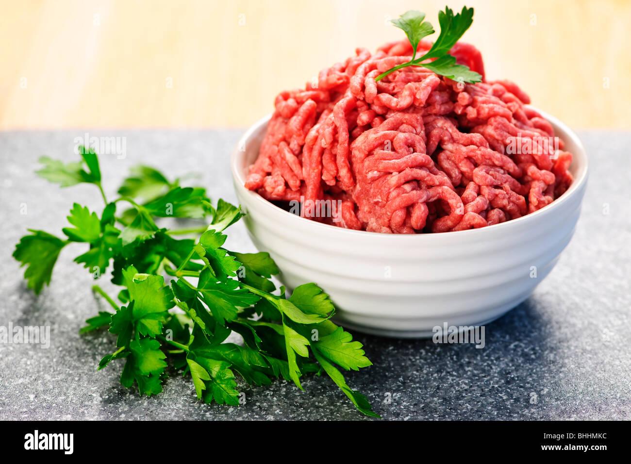 Schale mit roten rohes mageres Fleisch hautnah Stockbild