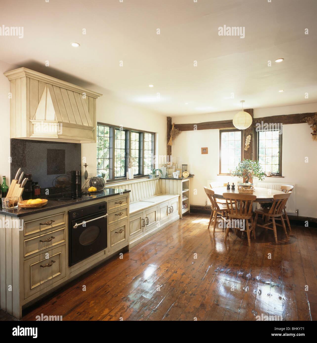 Polierten Holzdielen und Holztisch und Stühle im Landhaus-Küche mit ...