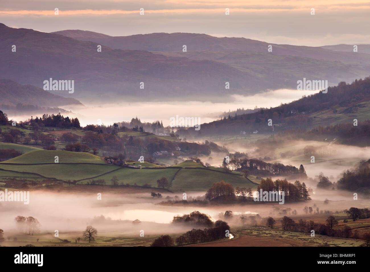 Wenig Langdale umgeben von Nebel bei Sonnenaufgang, Nationalpark Lake District, Cumbria, England, UK. Herbst (November) Stockbild