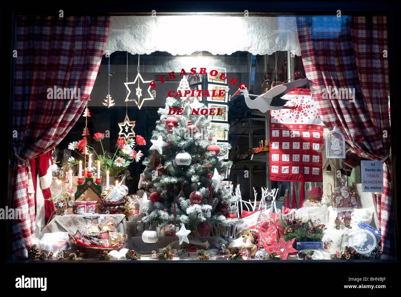 weihnachtsdekoration mit weihnachtsbaum im schaufenster in. Black Bedroom Furniture Sets. Home Design Ideas