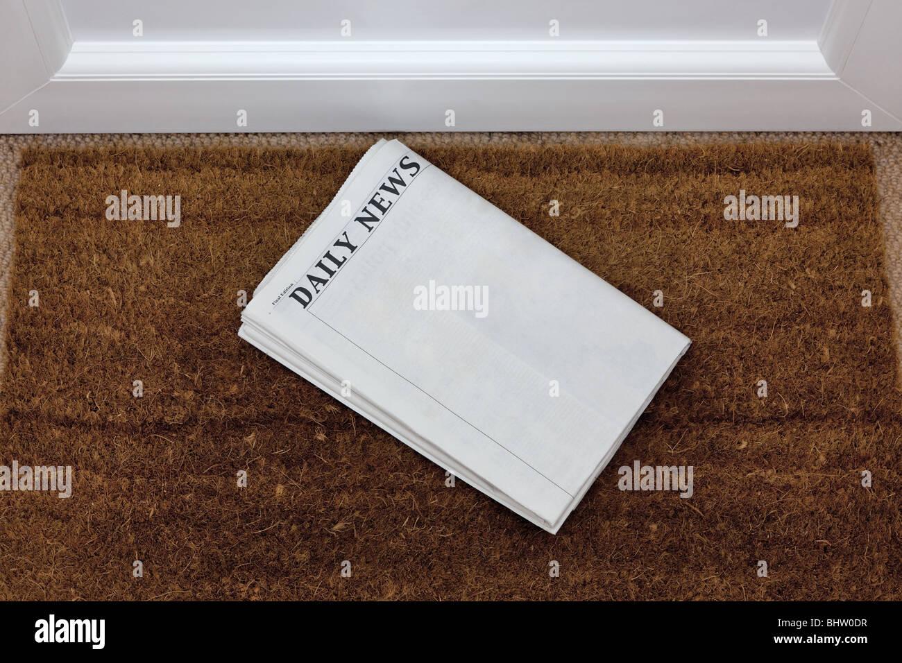 Zeitung auf eine Fußmatte, leer, um Ihren eigenen Text hinzufügen. Generischen Titel von mir hinzugefügt. Stockbild