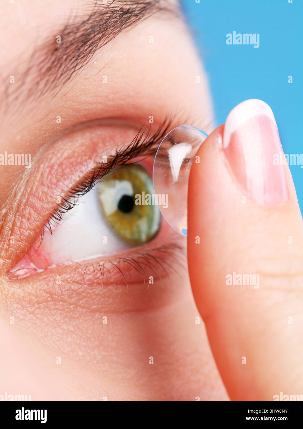 menschliche Auge mit Korrekturlinse auf blauem Stockbild