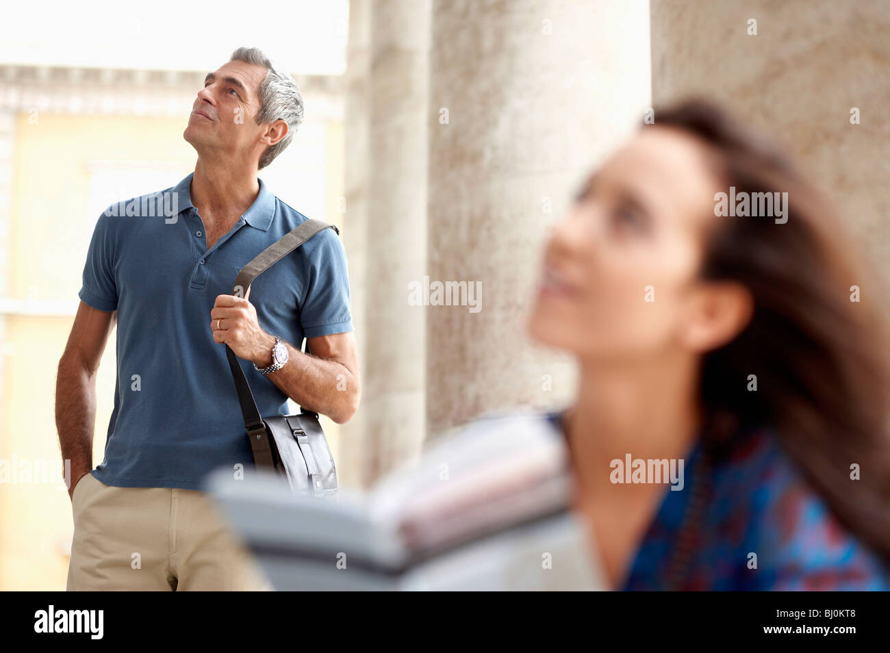 paar in der Stadt mit Blick auf den Gegenstand des Interesses Stockbild