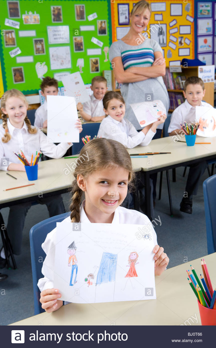 Stolz auf Schülerinnen und Schüler zeigen Zeichnungen im Klassenzimmer Stockbild