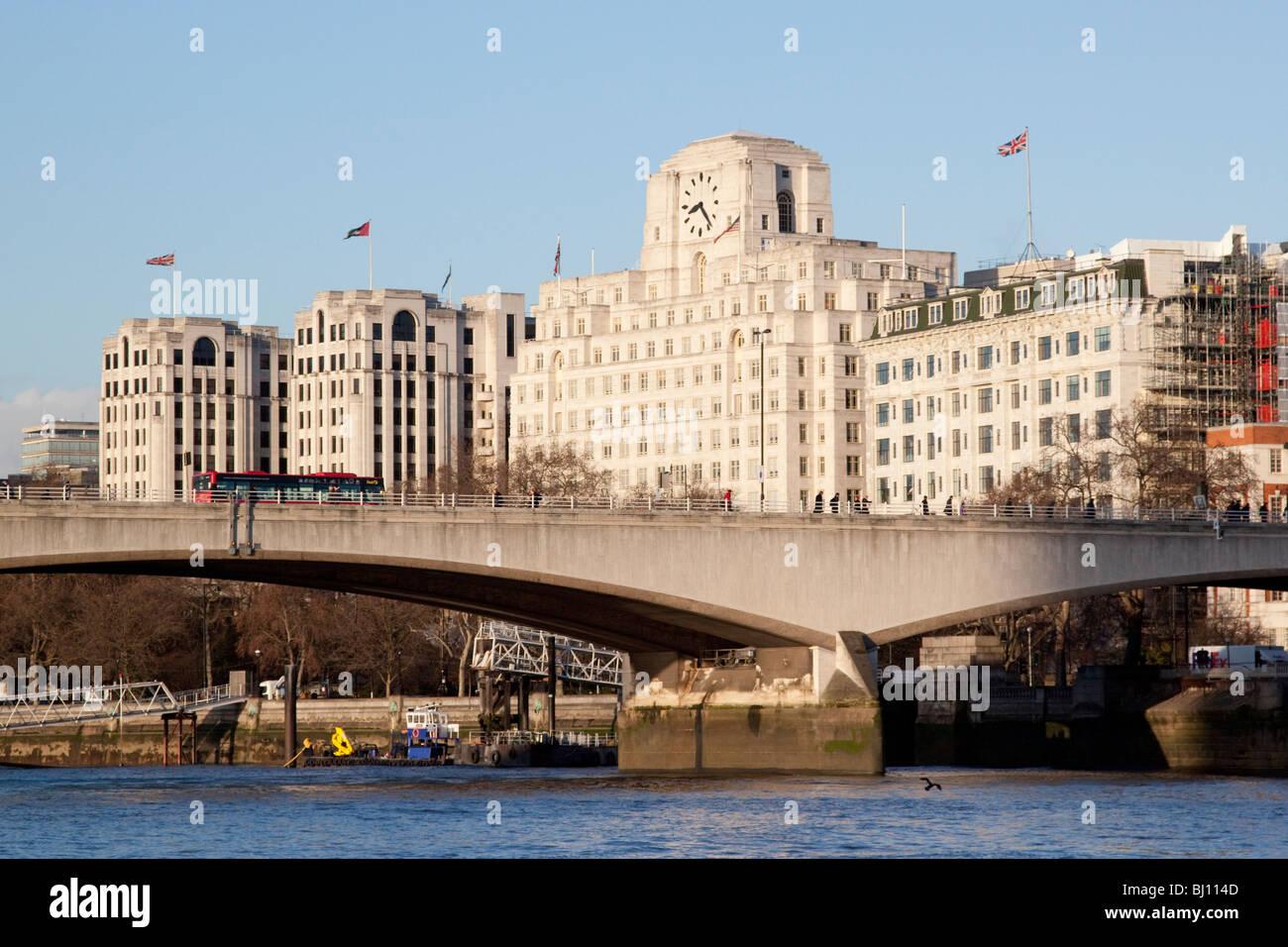 Waterloo Bridge und Shell Mex-Haus und das Savoy Hotel Stockfoto