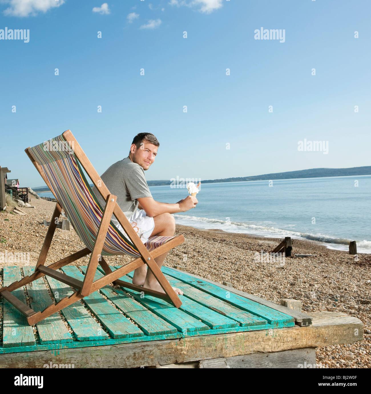 Mann mit Eis am Meer Stockbild