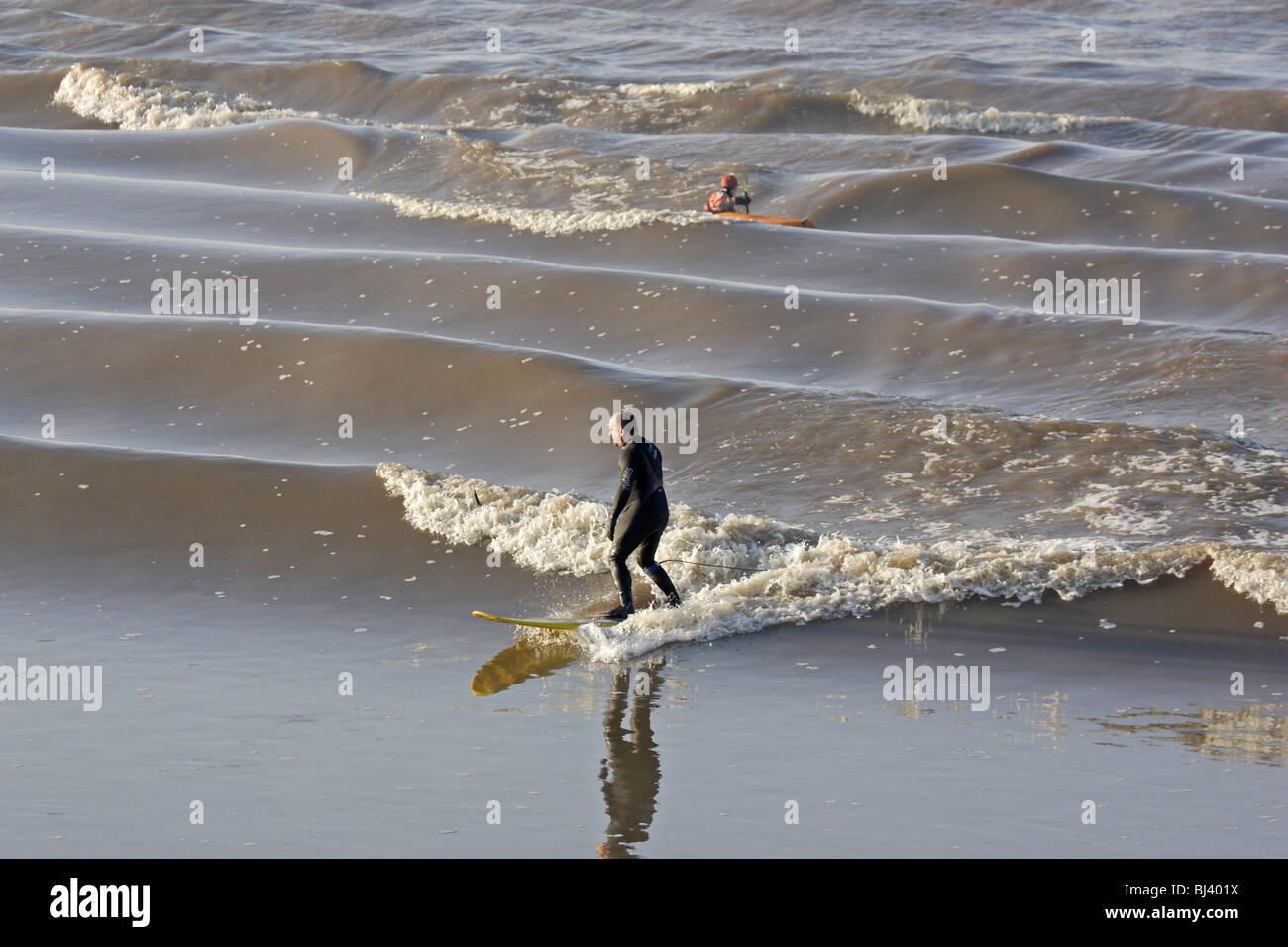 Surfer reiten die Severn Bore am Newnham auf Severn Stockbild