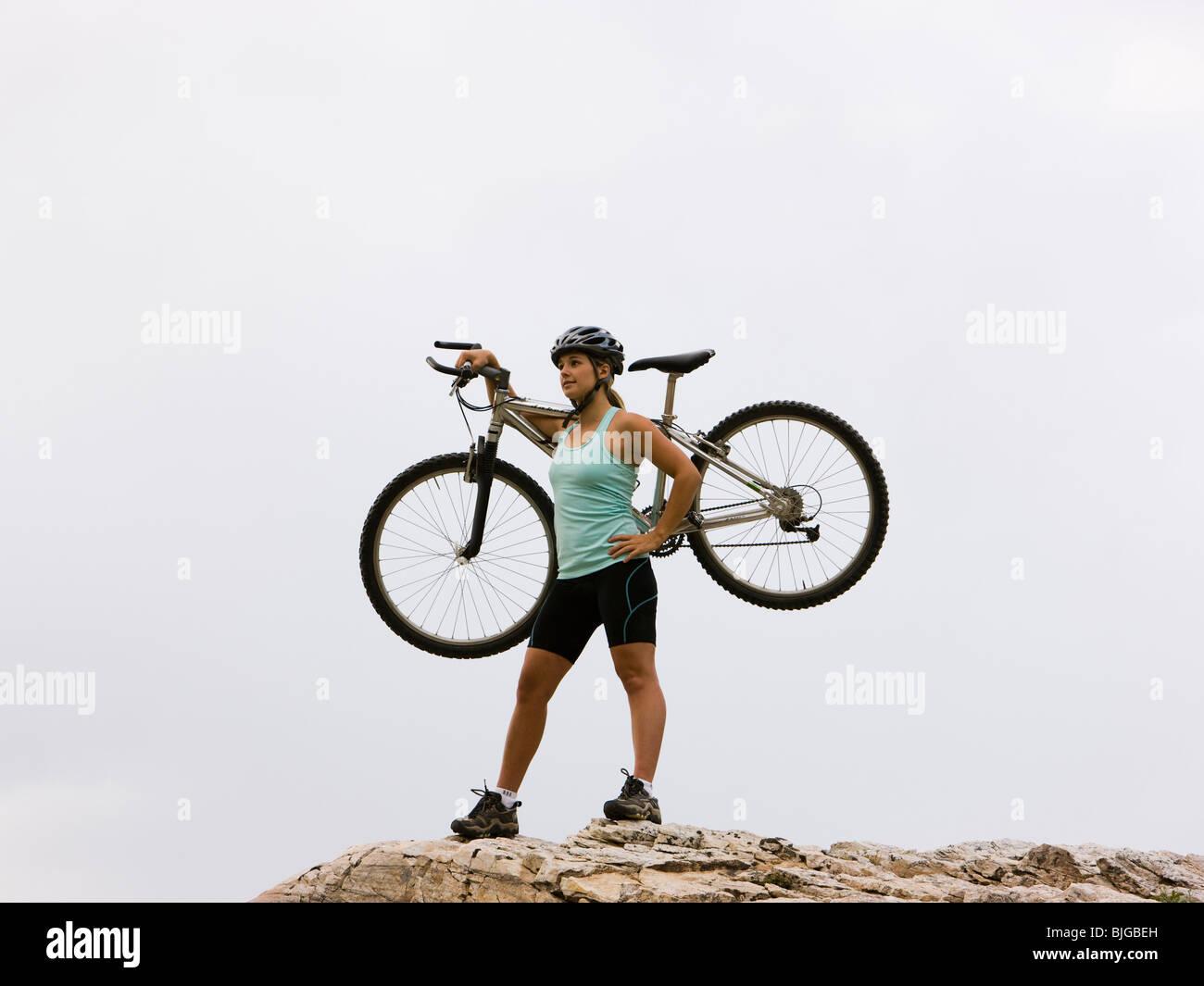 Mountainbiker auf einem Felsenrücken Stockbild