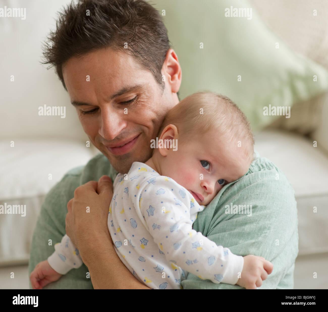 Vater umarmt baby Stockfoto