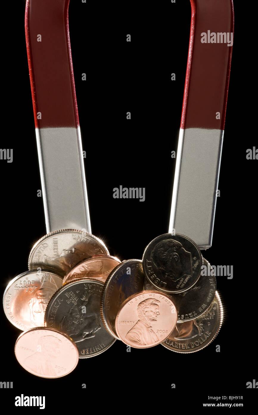 ein Magnet mit ein paar Münzen stecken, um es Stockbild