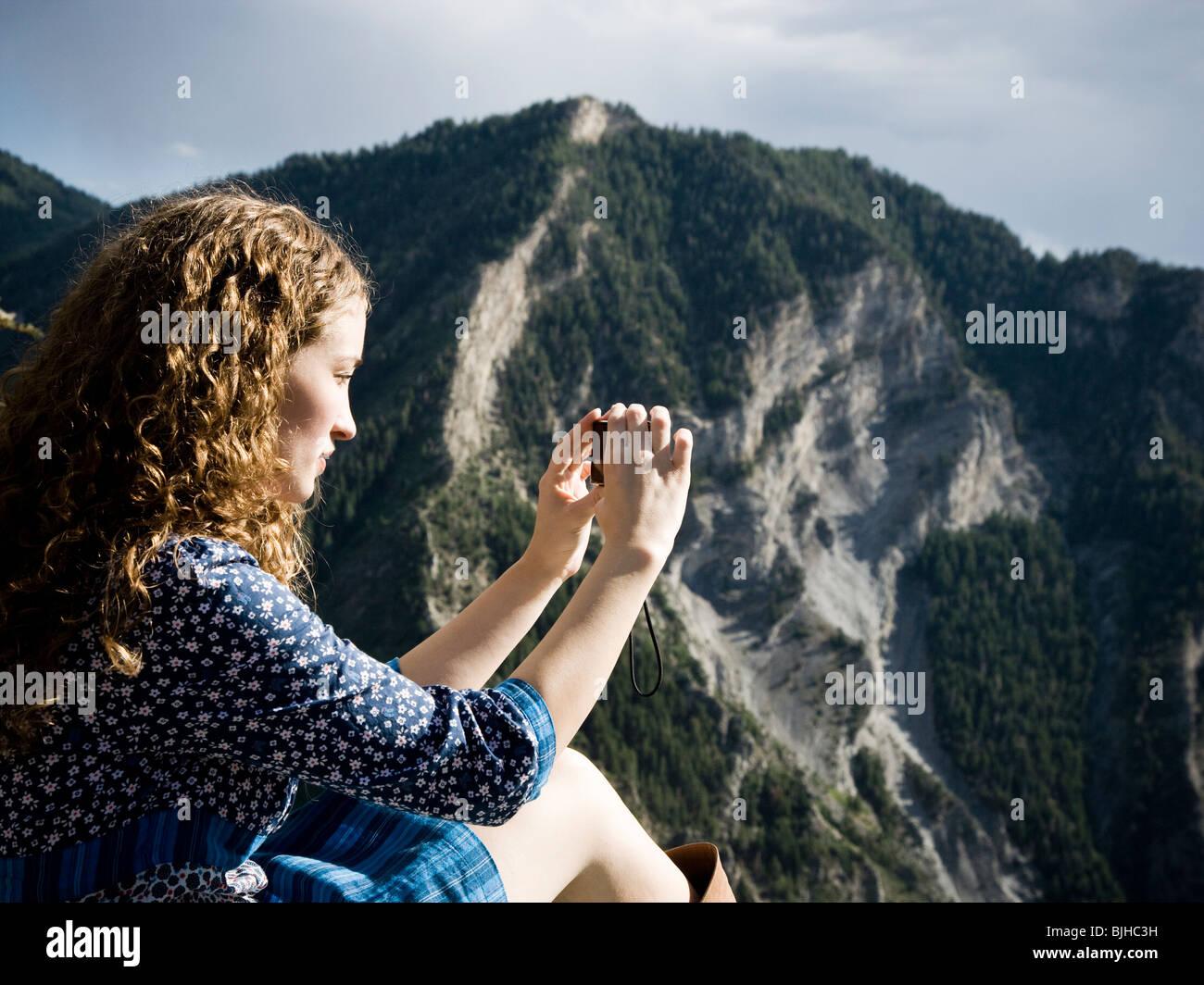 Frau in einem floralen print Kleid auf einem Berggipfel Stockbild