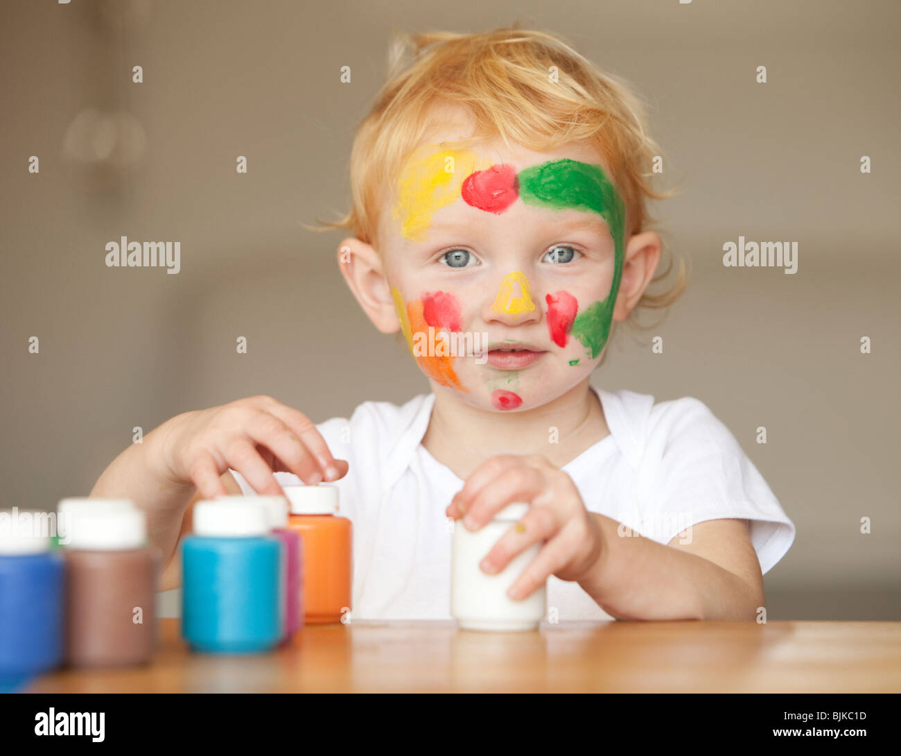 Kleine Mädchen spielen mit Fingerfarben Stockbild