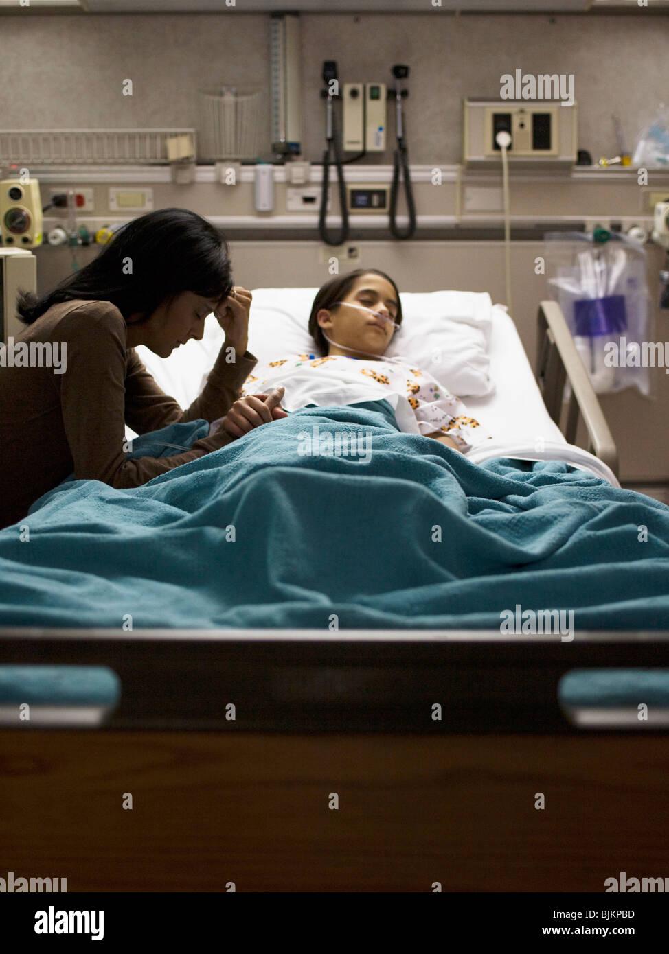 Mutter Tochter im Krankenhausbett sitzen nervös Stockbild