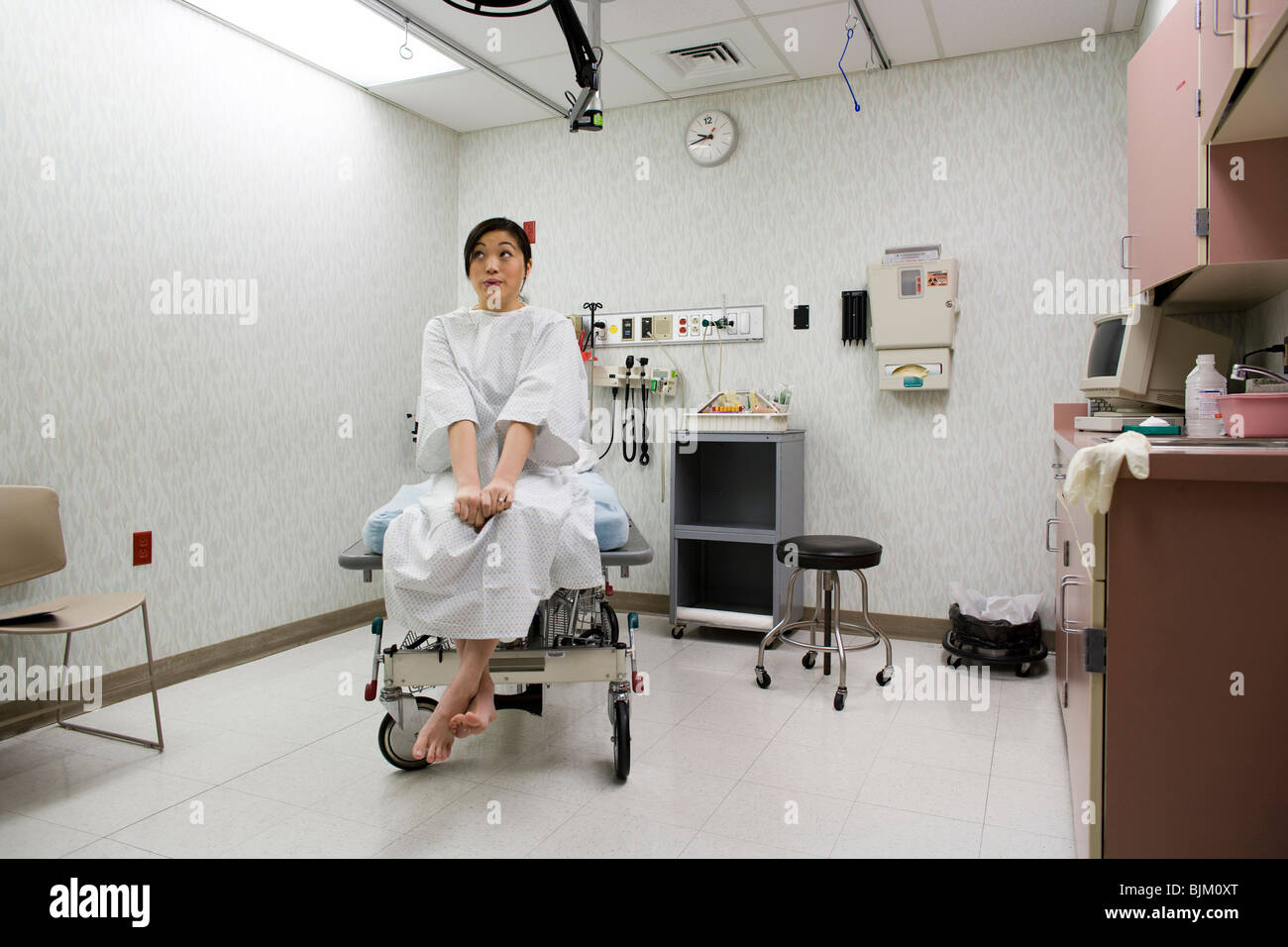 Patientin wartet gespannt bei der Prüfung der Zimmer Stockbild