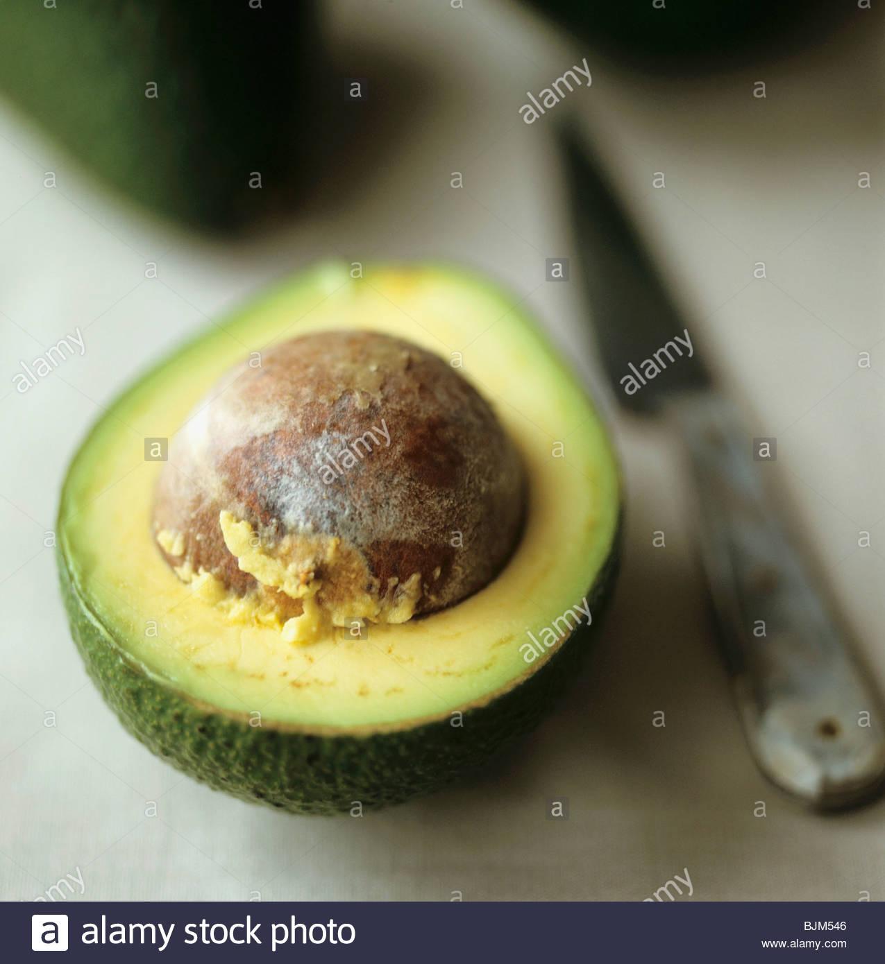 Eine halbe Avocado mit Stein Stockfoto