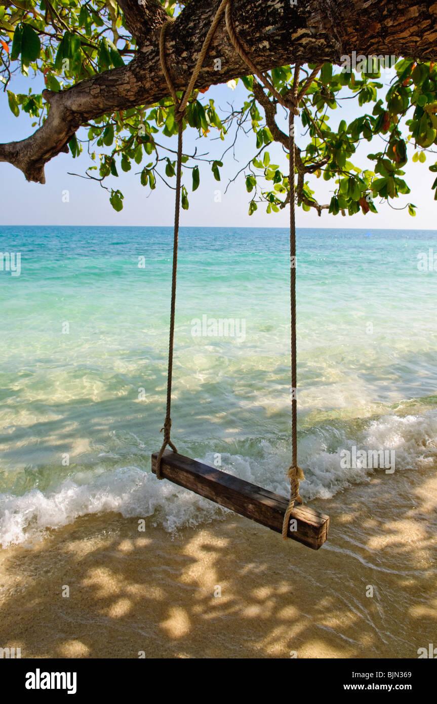 Swing am tropischen Strand Stockbild