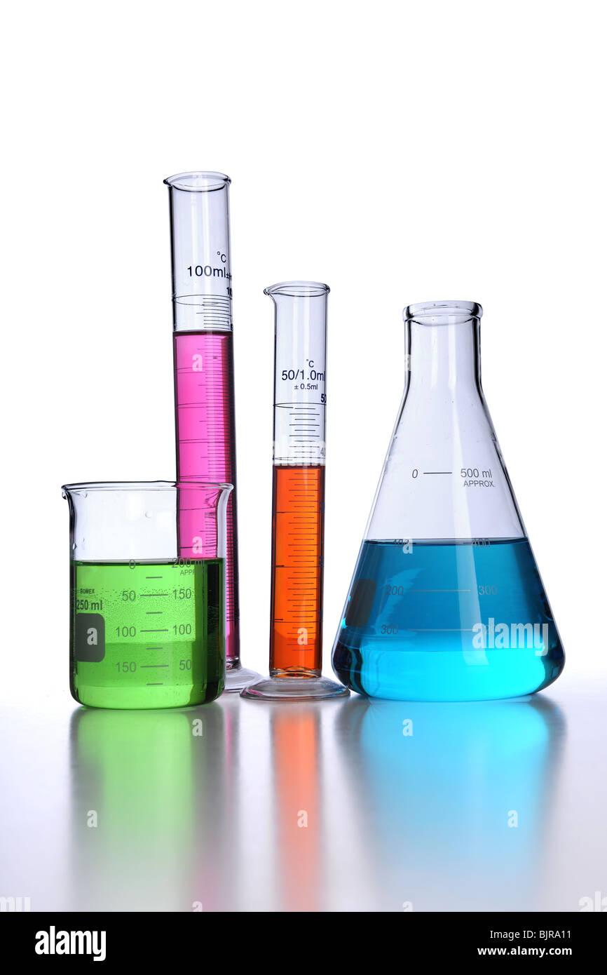 Laborglas auf weißem Hintergrund mit Reflexionen Stockbild