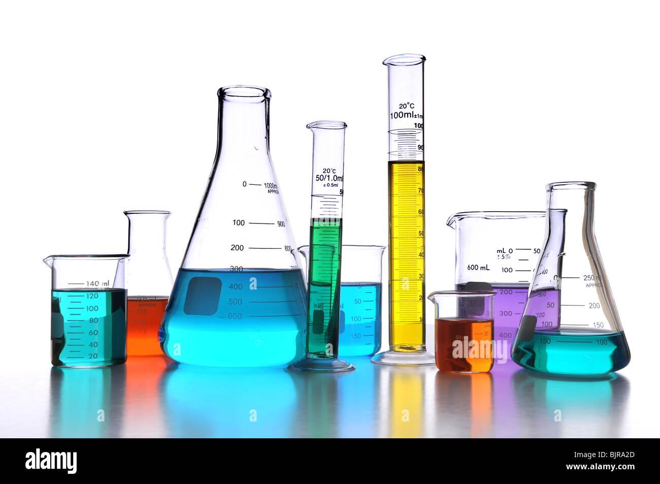 Laborglas auf weißem Hintergrund mit Überlegungen zur Oberfläche Stockbild
