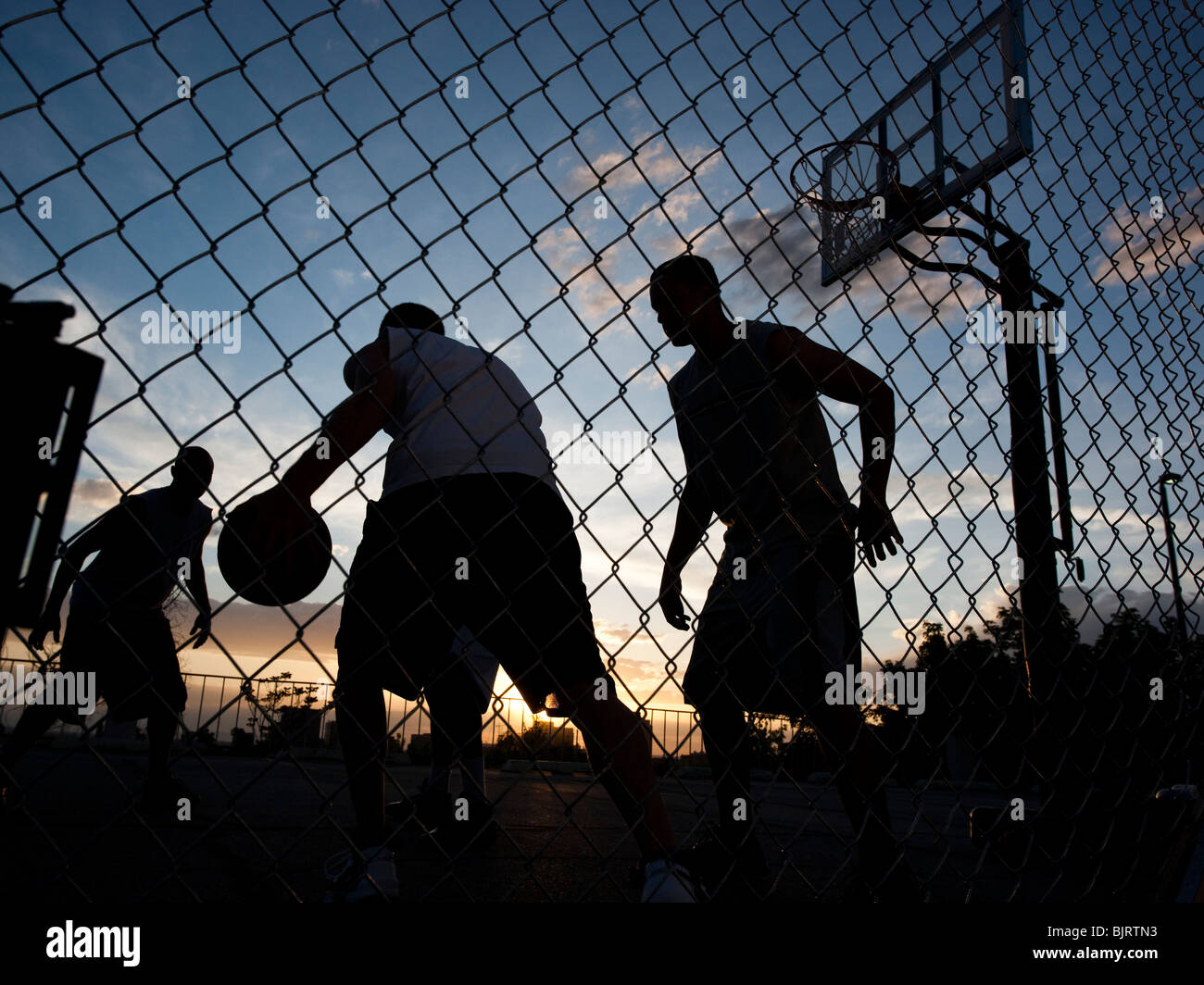 USA, Utah, Salt Lake City, vier junge Männer spielen street-Basketball, niedrigen Winkel Ansicht Stockbild
